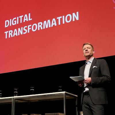 T-Base-Geschäftsführer Timon Meyer bei der Moderation des Berlin Urban Tech Summit